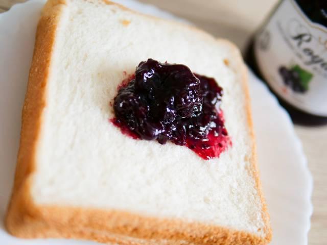 カシスジャムを乗せた食パン