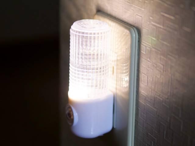 点灯しているセンサー付きナイトライト