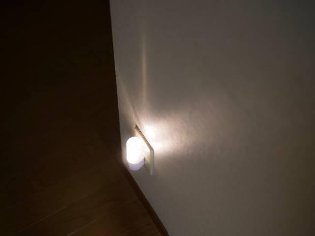 足元を照らすセンサー付きナイトライト