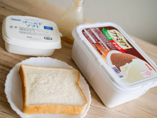 食パンとマーガリン、はちみつ、ファミリアアイス