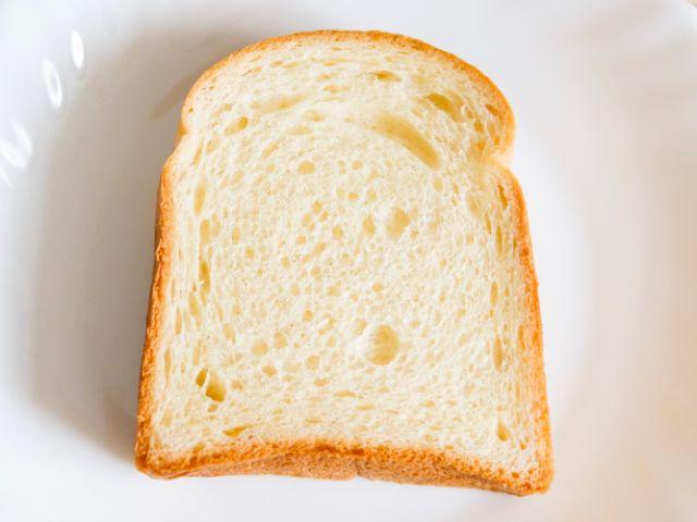 黄色味がかった食パン