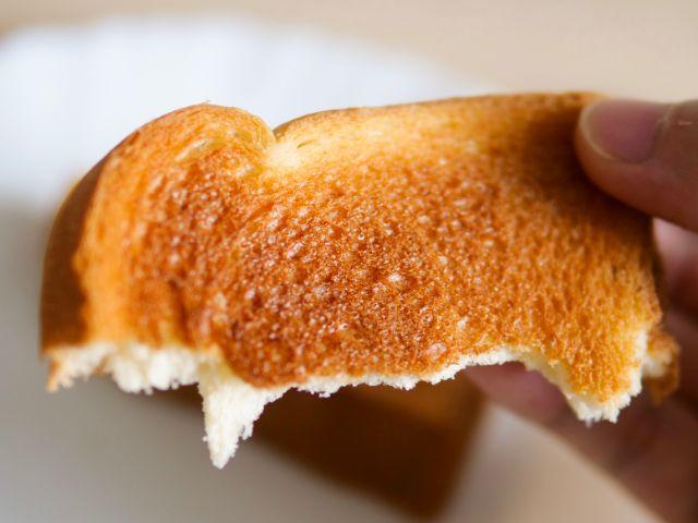 トーストしたビール酵母パンを食べる