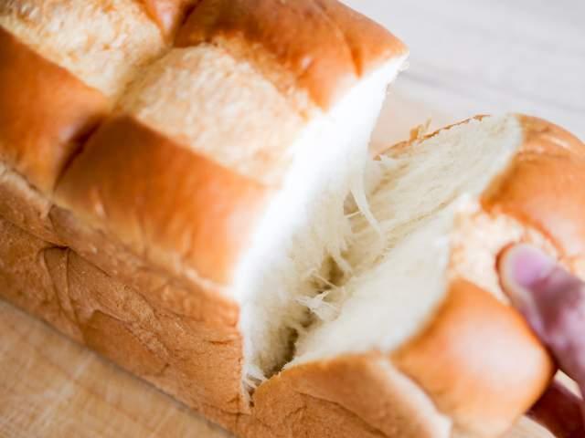 業務スーパーの天然酵母パンを手で割く