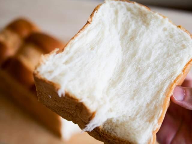 天然酵母パンを食べる