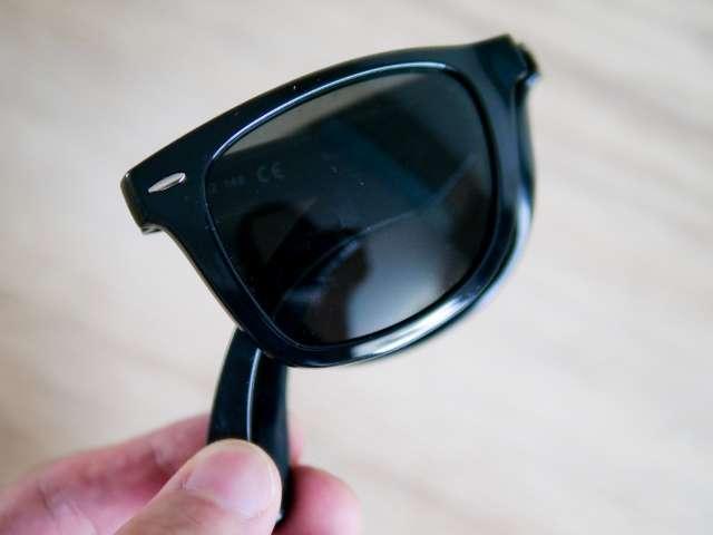 小さく折り畳んだサングラス