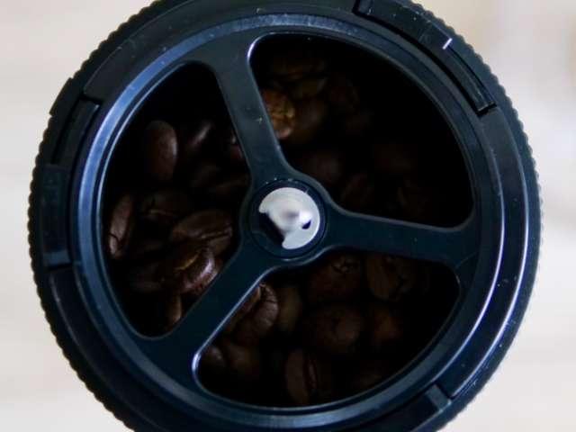 コーヒーミルの中に入った豆