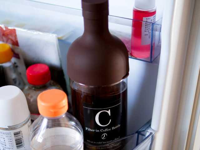 冷蔵庫に入れた水出しコーヒーボトル