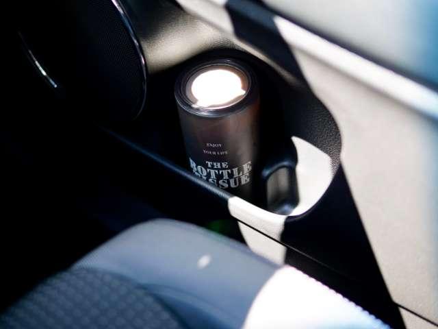 車のドアポケットに置いたボトル型ティッシュケース
