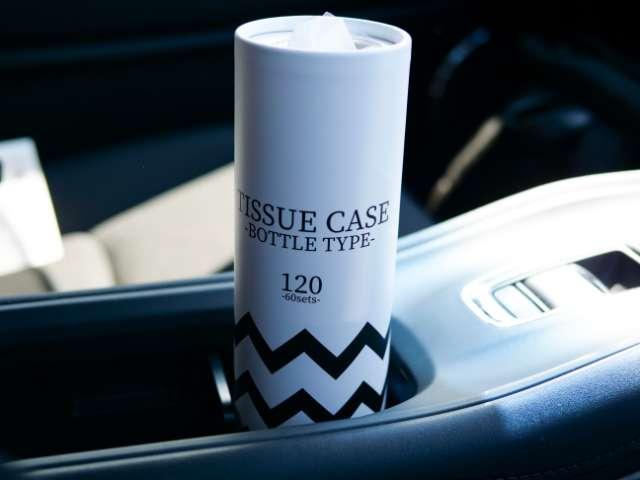 車内に置いた大きめサイズのボトル型ティッシュケース
