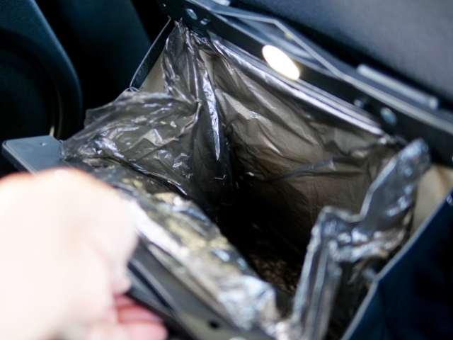 車内でゴミ箱を使う