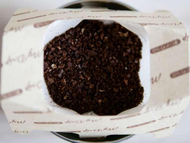 使い捨てコーヒードリッパーに粉を入れる