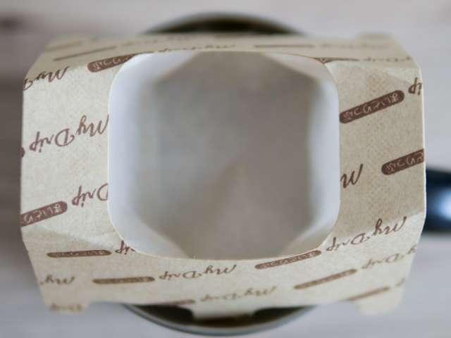 使い捨てコーヒードリッパーの紙が下に広がった状態