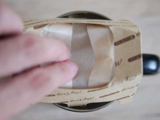 コーヒードリッパーの紙を下に押し広げる
