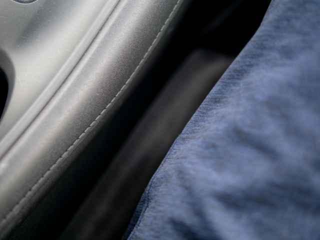 車内の座席に座る
