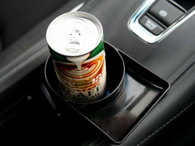缶コーヒーを置いたドリンクホルダー