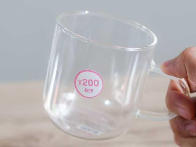 耐熱ガラスマグカップを手に持つ