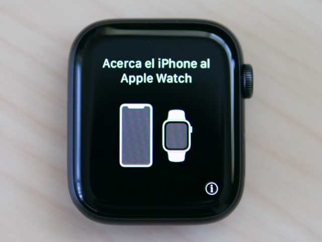 acerca el iPhone al apple Watchと表示されたApple Watch