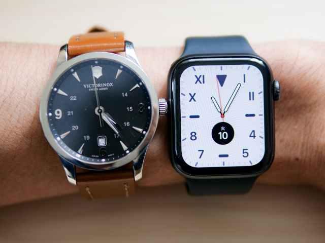 Apple Watch 44mmとメンズ腕時計の装着画