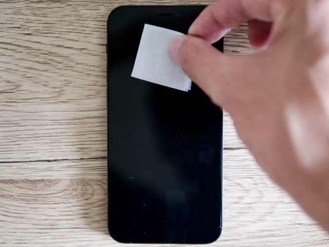 iPhone液晶画面をアルコールパットで拭く