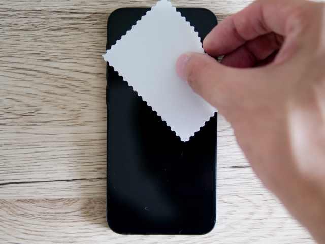 iPhone液晶画面をマイクロファイバークロスで拭く