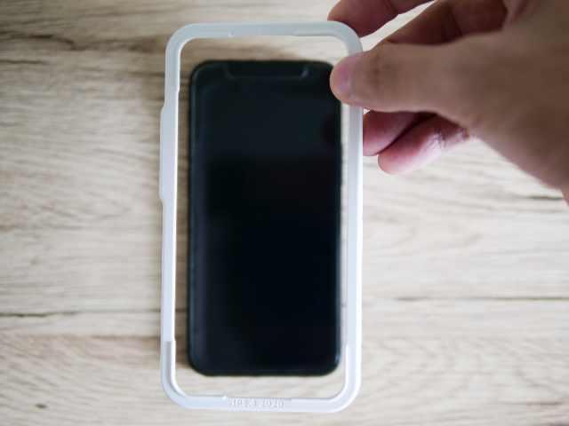 iPhoneからガイド枠を取り外す