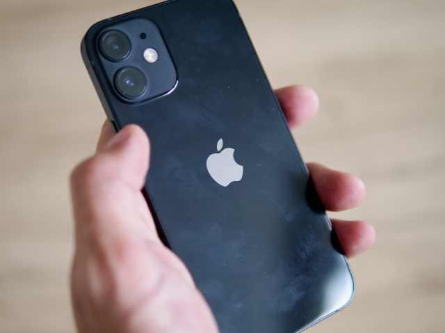 指紋で汚れたiPhoneの背面ガラス