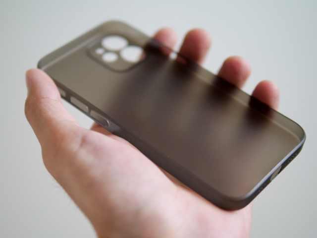 memumiのiPhone 12 mini超薄型ケースを手に持つ