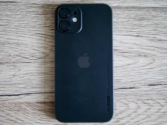 memumiの超薄型ケースを装着したiPhone