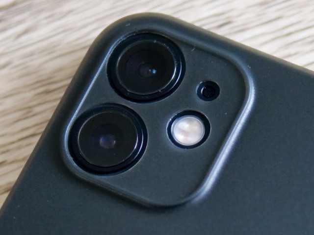 iPhoneケースのカメラレンズの切り抜き