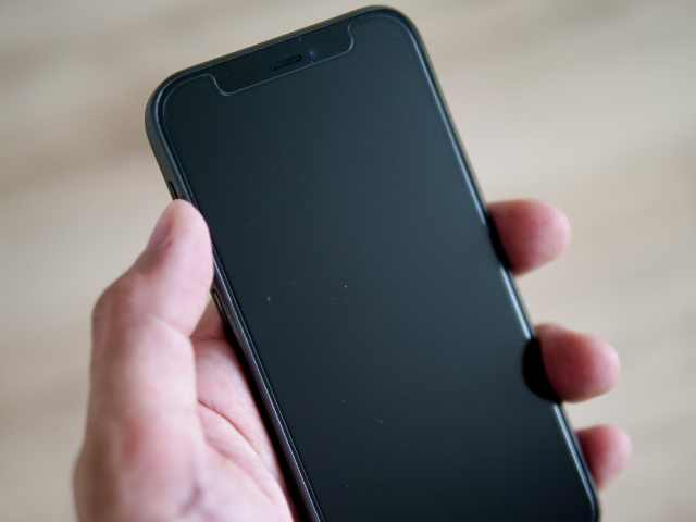 memumiケースを装着したiPhoneを手に持つ