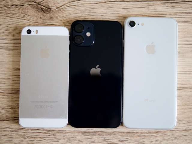 iPhone 12 miniとiPhone 8、初代iPhone SEのサイズ比較