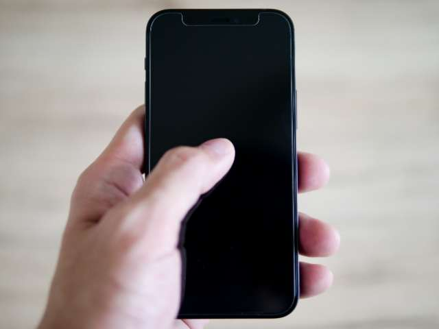 iPhone 12 miniを手に持つ