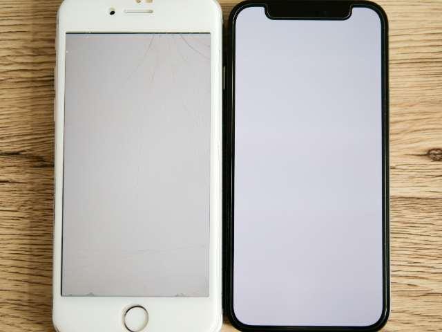 iPhone 8とiPhone 12 miniのディスプレイの色味比較