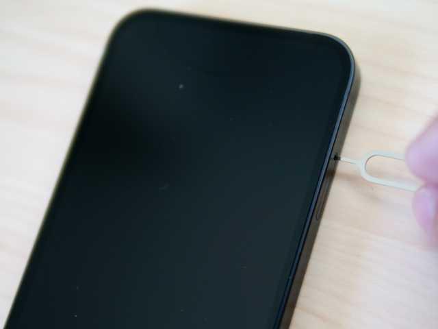iPhoneにSIMピンを挿す