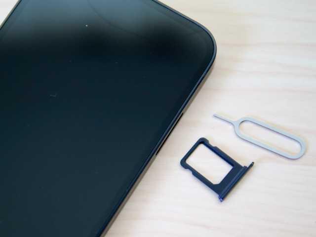 iPhoneから取り出したSIMカードスロット