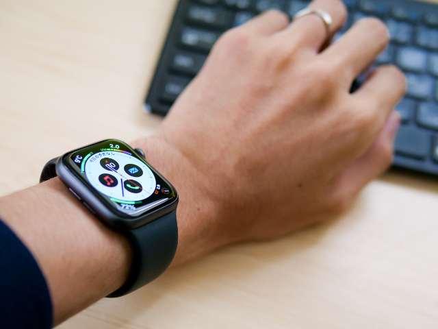 Apple Watch SEを遠目から見た画像