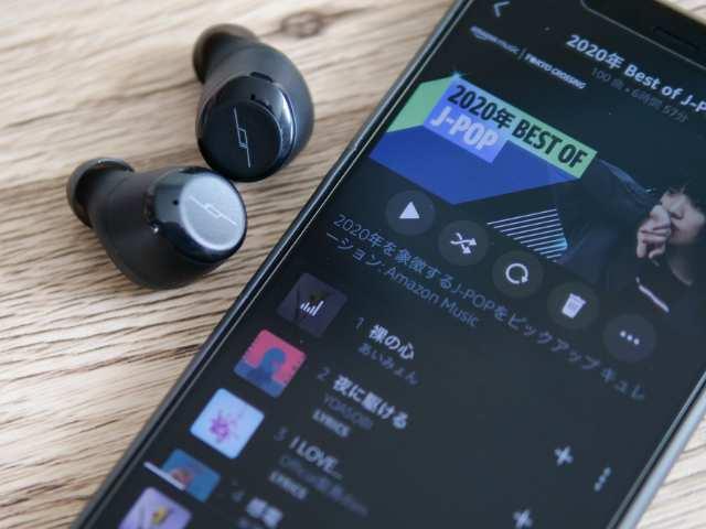 TWS-Xイヤホンと音楽再生中のスマホ