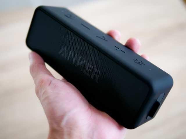 Anker SoundCore 2を手に持つ