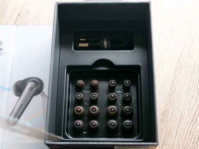 9種類のイヤーピースとUSB-A&USB-Cケーブル