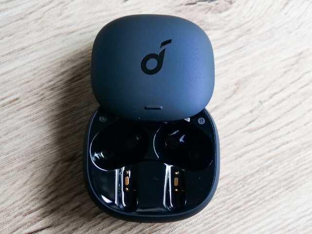 スライド式カバー採用の充電ケース