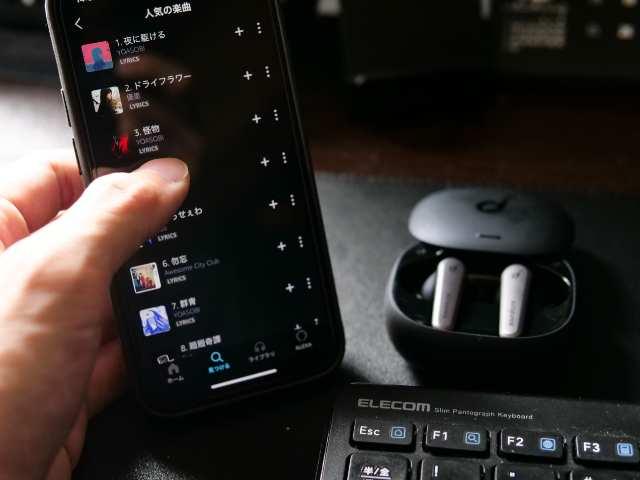 縦置きしたiPhone 12 miniを操作する
