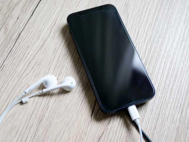 iPhoneを充電しながら有線イヤホンを使う