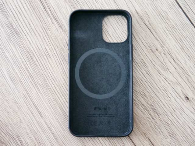 iPhone純正レザーケースの背面デザイン
