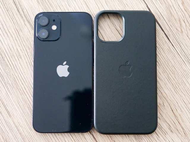 ブラックカラーのiPhoneとブラックレザーケース