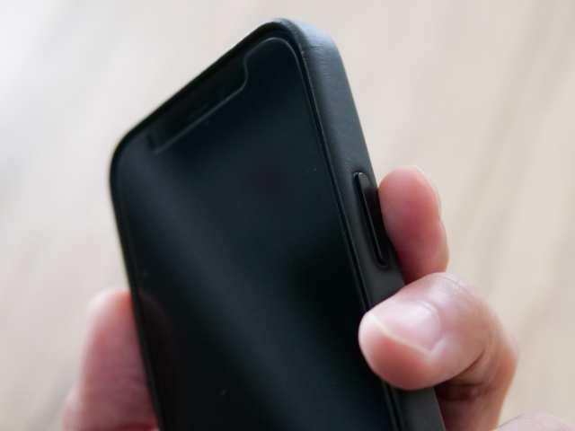 iPhone純正レザーケースのサイドのボタン