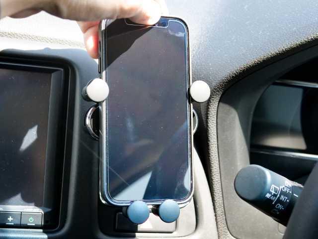 iPhoneをスマホホルダーに置く