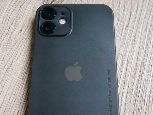 ケースから透けて見えるAppleマーク