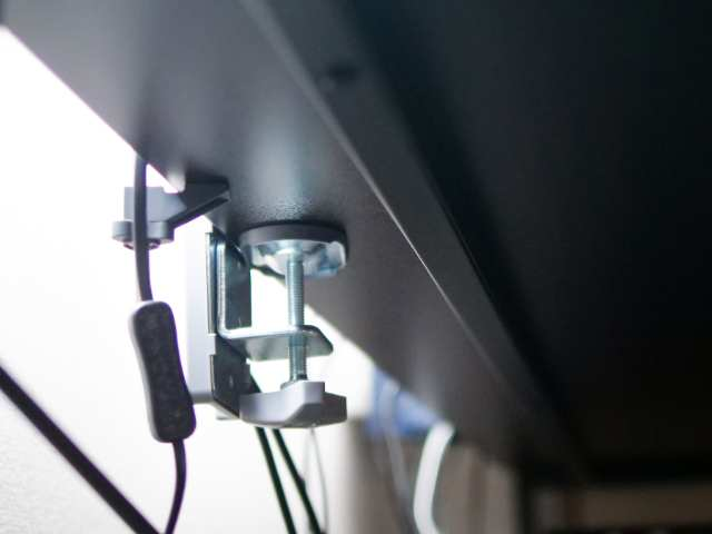 天板裏のクランプ取付部