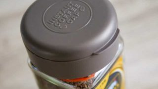 100均ダイソーのインスタントコーヒーキャップが便利!ひと振りで一杯分の粉が自動的に出てくる
